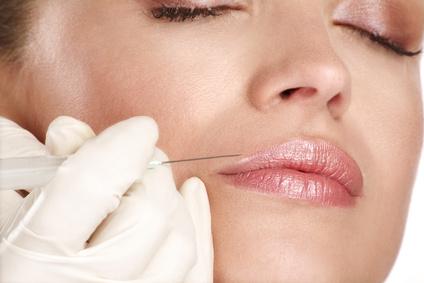 Les lèvres et l'acide hyaluronique
